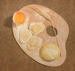 Tavolozza con ravioli freschi su carta d'imballaggio