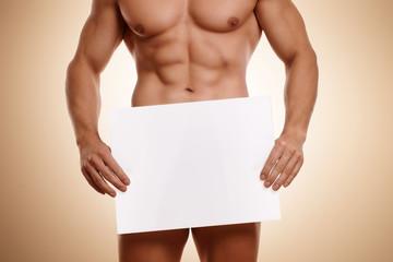 nackter Mann mit Werbeplakat