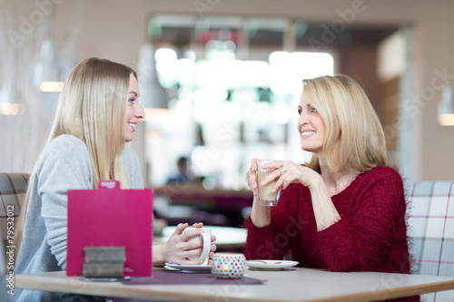 Mutter und Tochter trinken Kaffee zusammen