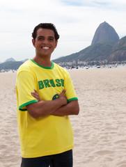 Brasilianischer Fan mit verschränkten Armen vor dem Zuckerhut