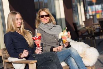 Mutter und Tochter essen zusammen Eis