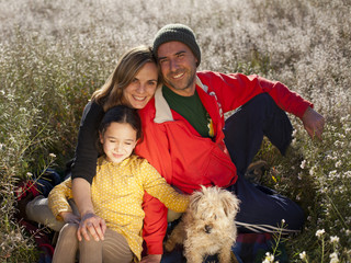 Familia con perro en el campo