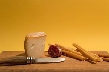 Tagliere di salumi, formaggi e grissini