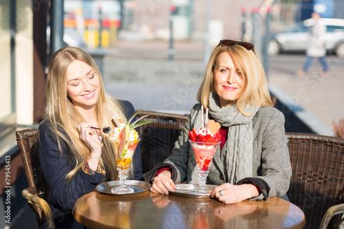 Mutter und Tochter essen zusammen Eis - 79545413