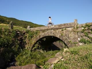 アーチ式石橋と少年