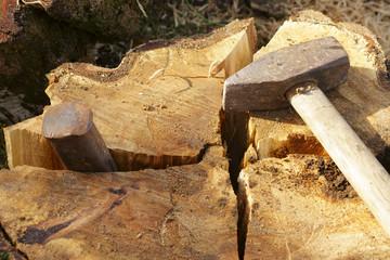 Holzkeil und Hammer
