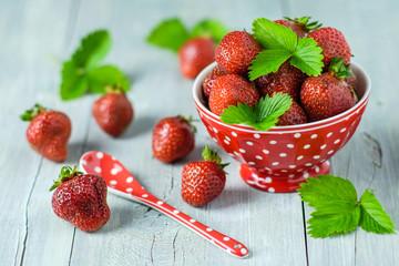 Erdbeeren auf grauem Holz