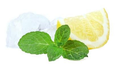 Zitrone mit Eiswürfel und Minze
