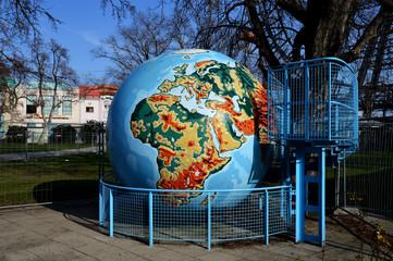 Weltkugel vor dem Riesenrad