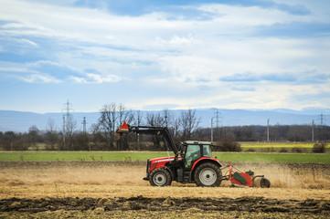 Traktor bei der Arbeit am Land