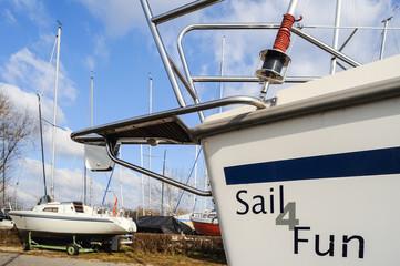 Segelboote im Trockendock im Winterhafen