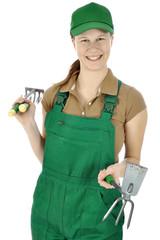 Gärtner in Arbeitskleidung hält Garten-Werkzeuge