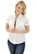 Frau knöpft weiße Bluse auf