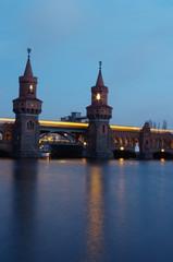 oberbaumbrücke in berlin kreuzberg am abend