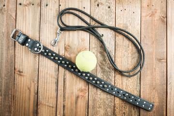 犬の首輪とリードとテニスボール」
