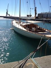 Barca a vela in porto