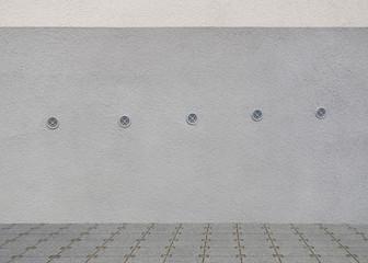 Sanierter Haussockel eines Altbaus mit Lüftungsöffnungen