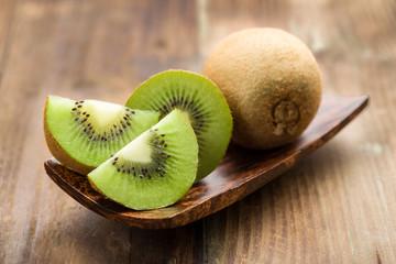 Kiwi ,ganz und aufgeschnitten