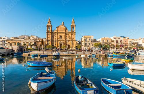 Foto op Aluminium Bedehuis Église et bateaux de pêche à Sliema, Malte