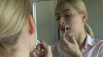 WS CU OF YOUNG WOMAN APPLYING LIPGLOSS