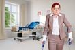 Frau mit Krücken als Patientin im Krankenzimmer