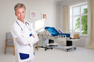 Arzt vor Zimmer im Krankenhaus