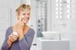 Alte Frau mit Creme im Badezimmer
