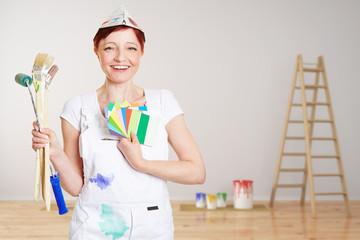 Malerin bei Renovierung gibt Farbberatung