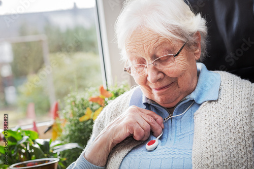 Leinwanddruck Bild Elderly person with emergency button