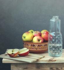 Натюрморт с яблоками