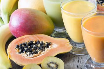 Bunte Smoothies und Obst