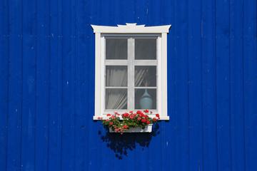 Fenster in traditionellem Holzhaus