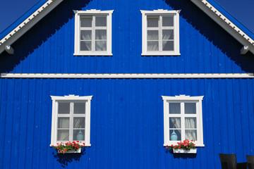 Giebelseite von tradtionellem Holzhaus
