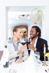 Geschäftsleute stoßen mit Wein auf Abschluss an