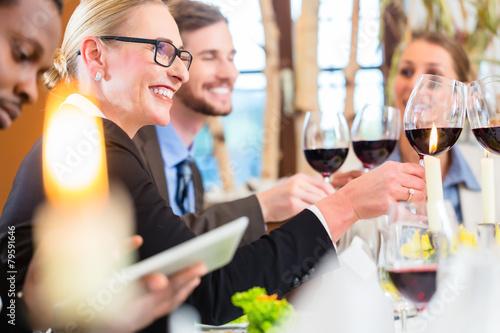Geschäftsessen im Restaurant mit Essen und Wein - 79591646