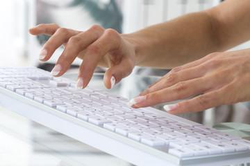 Femme clavier informatique