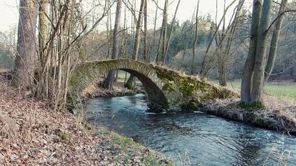 Alte Brücke in der Natur über einen Bach