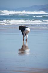 mujer disfrutando en la playa en invierno