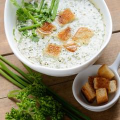Vegane Kräutersuppe mit Croutons