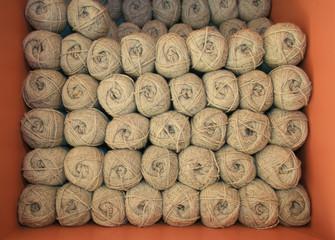 rotoli di lana grezza.