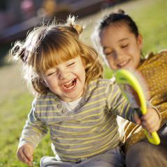 Niñas riendo y jugando en el jardín