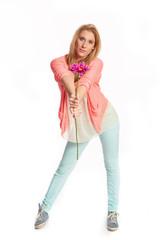 Junges flippiges Maedchen mit Blume