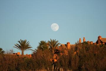 Aufgehender Mond im Süden