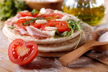 piadina romagnola con pomodoro, prosciutto e rucola
