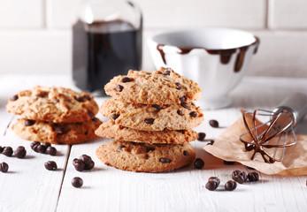 biscotti al cioccolato con ingredienti intorno