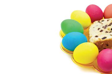 Белый фон с разноцветными пасхальными яйцами и куличом.