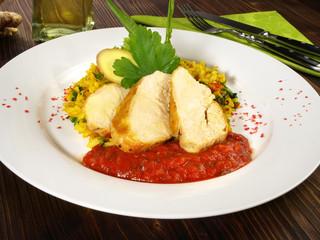 Maispoulardenbrust auf Curryreis