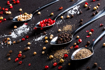 Pfeffersorten und Salz auf Granitplatte
