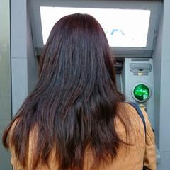 Mujer sacando dinero del cajero