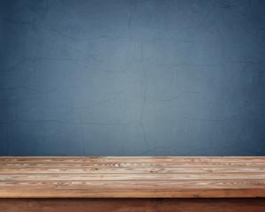 пустой деревянный стол на фоне синей  стены